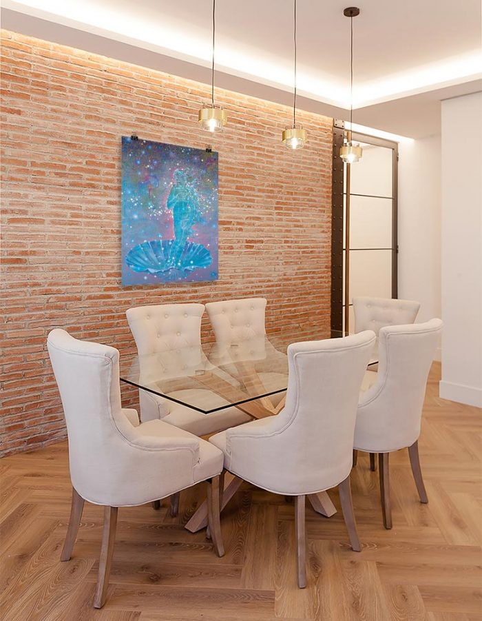 Reproducción de arte en lámina - comedor con pared de ladrillo - Venus Astral - Técnica mixta - Apropiación de Sandro Botticelli -pintado por Fernando Pagador